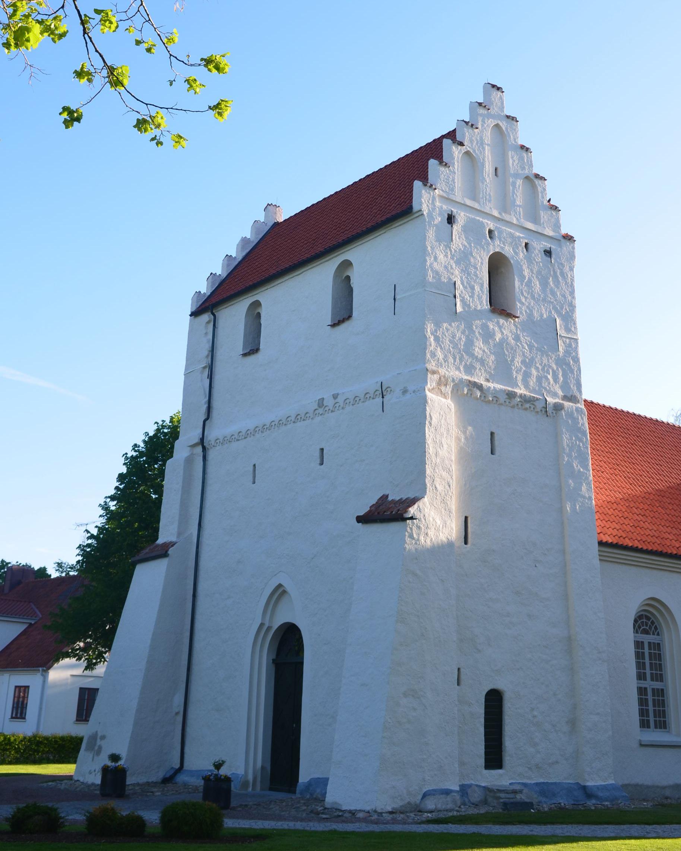 kyrkobyggnad med bassäng